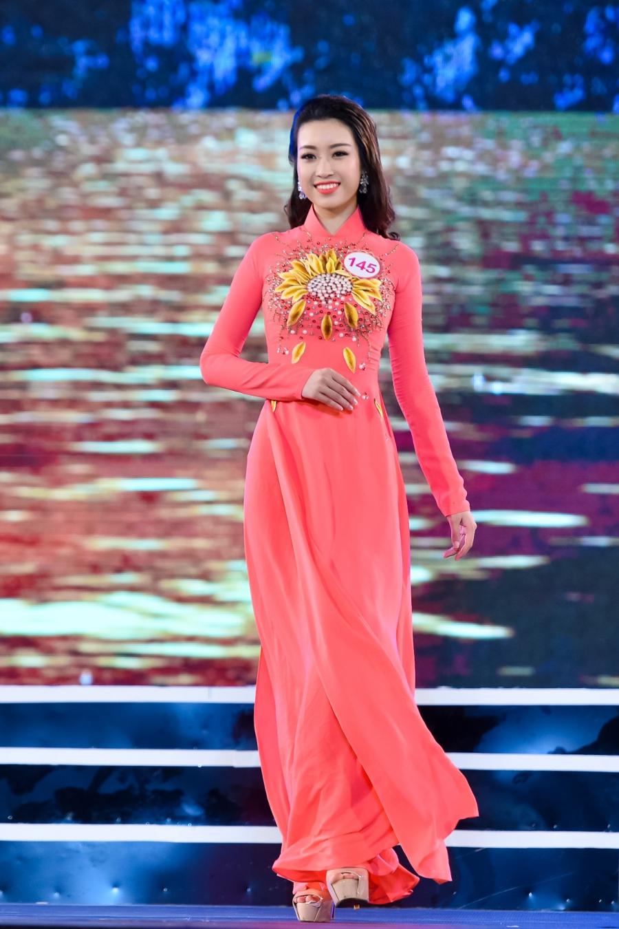 Ngắm trọn phần thi trang phục áo dài của 32 thí sinh miền Bắc trong đêm chung khảo tối 17/7.