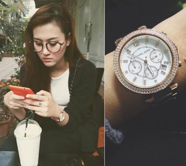 Hot girl Hà Lade cũng sở hữu một chiếc đồng hồ cùng kiểu dáng với chiếc của Hoàng Thùy nhưng có dây mạ vàng.