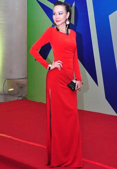 Dương Yến Ngọc cũng chọn đồng hồ to bản làm điểm nhấn cho phong cách của mình trên thảm đỏ.