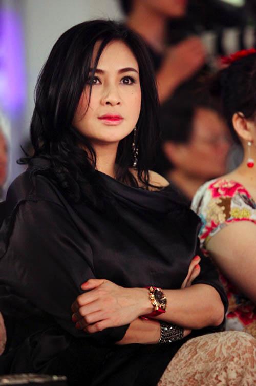 Diva Thanh Lam nổi bật với đồng hồ mạ vàng cỡ lớn.