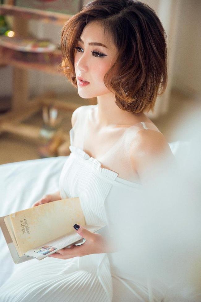 Trong bộ ảnh mới, Quán quân Giọng hát Việt mùa đầu tiên Hương Tràm khiến công chúng không khỏi bất ngờ khi trở lại với hình ảnh ngọt ngào, hiền lành và đầy nữ tính.