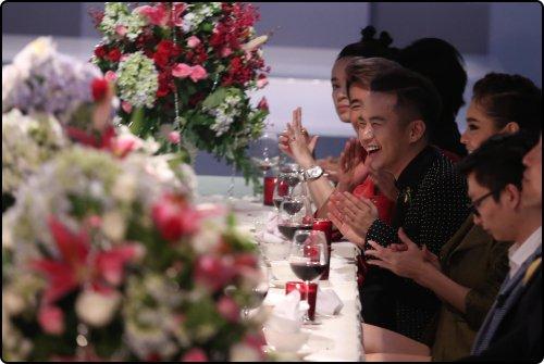 NTK Chung Thanh Phong, chủ nhân của những thiết kế lộng lẫy trong phần thi catwalk trên bàn tiệc, đồng thời là một trong 32 khách mời góp mặt chấm điểm cho phần thi này cho biết. Anh ấn tượng với đội của Lan Khuê nhất, bởi phong cách trình diễn lôi cuốn của các thí sinh, họ cũng truyền tải rất tốt thông điệp của từng bộ trang phục.