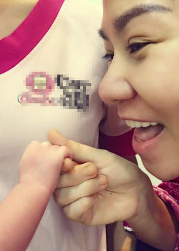 Sau hơn 2 năm kết hôn, tháng 5/2015 Thu Minh hạ sinh con trai đầu lòng.