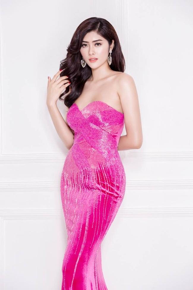 Người đẹp đa tài này tiếp tục khẳng định gu thời trang thời thượng của mình trong chiếc váy cúp ngực tông màu hồng. Thiết kế gợi cảm và sang trọng này đưa Huỳnh Tiên chạm đến vẻ đẹp mới của sự gợi cảm nhưng vẫn tinh tế và đi cùng xu hướng.