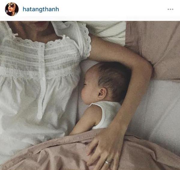 Em bé nhà Hà Tăng cũng thường xuyên chụp ảnh không rõ mặt.