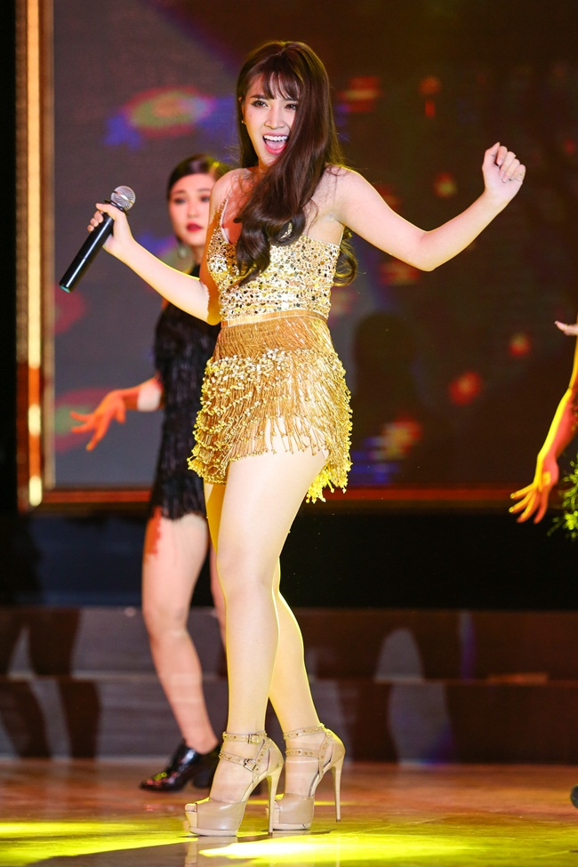 Tố Ny thể hiện ca khúc mới nhất của cô mang tên Touch me với những bước nhảy sôi nổi cùng vũ đoàn. Sau đó, cô hát Ngựa ô thương nhớ với phong cách cuồng nhiệt trên sân khấu.
