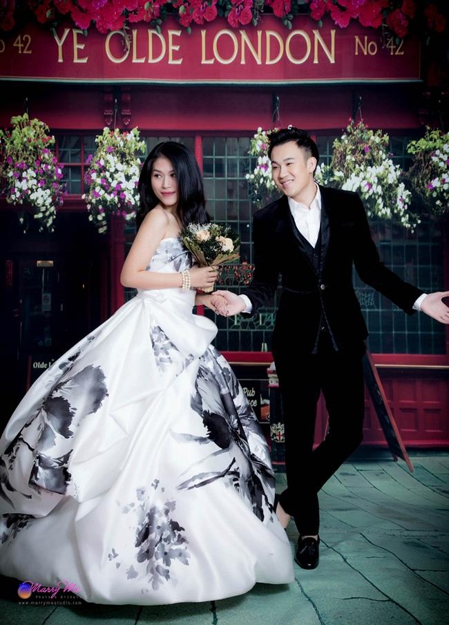 Trong những khoảnh khắc mới nhất, cặp nghệ sĩ thân thiết của làng giải trí gây ấn tượng khi trở thành một cặp tình nhân đầy hạnh phúc trong trang phục cô dâu, chú rể được thiết kế kì công.