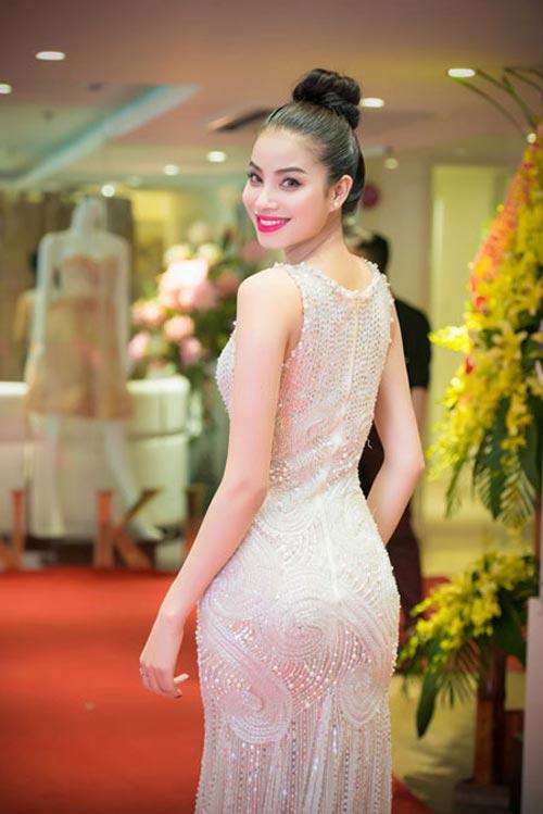 Không những sở hữu thân hình tuyệt mỹ với các số đo lý tưởng, gương mặt lai Tây quyến rũ mà gu thời trang của Phạm Hương cũng được công chúng và giới chuyên môn đánh giá cao.