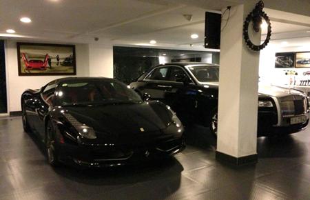 Bộ đôi siêu xe Ferrari 458 Italia và Rolls-Royce Ghost trong garage của Cường