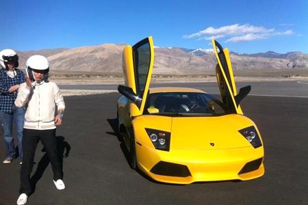 Cường chia sẻ hình ảnh chụp cùng siêu xe Lamborghini Murcielago LP640 ở Mỹ cùng clip chạy xe trên đường.