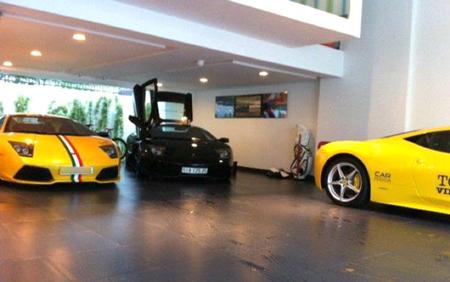 2 chiếc Lamborghini Murcielago và Ferrari 458 italia màu vàng, trong gara của Cường.