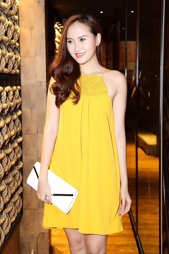 Cô mặc chiếc váy màu vàng nổi bật màu da.