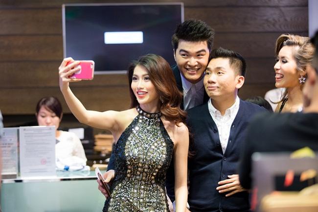 Tại sự kiện, cô chụp ảnh cùng các đồng nghiệp khác như diễn viên Hồ Vĩnh Khoa và người mẫu Minh Tú.