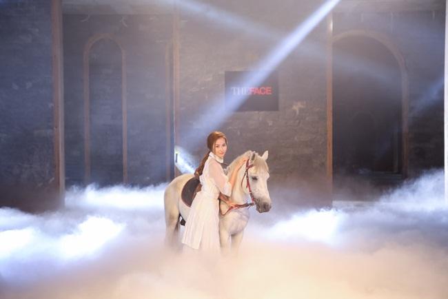 Khánh Ngân là thí sinh đầu tiên bắt đầu phần thi, dù lần đầu tiên chụp hình với ngựa nhưng Khánh Ngân cũng đã cố gắng để thực hiện tốt phần thi của mình. Phạm Hương chia sẻ cô bất ngờ với sự bản lĩnh, tự tin của thành viên trong team mình.