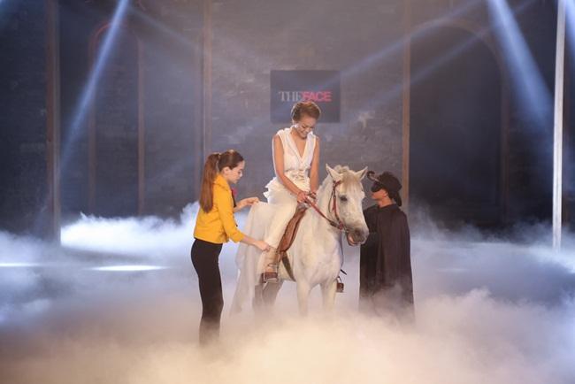 Với Quỳnh Mai của team Lan Khuê, cô nàng đã biết kiểm soát ánh mắt và hình thể của mình mặc dù con ngựa di chuyển khá nhiều.