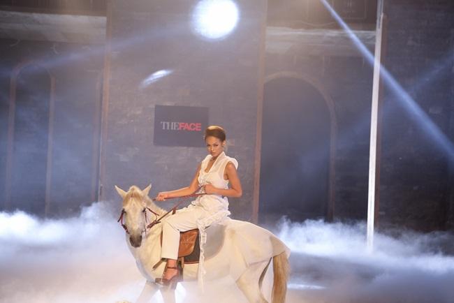 Quỳnh Mai đã biết cách xử lý tốt khi chủ động nắm giữ chiếc cương ngựa. Hồ Ngọc Hà nhận xét chị thích ánh mắt cuốn hút của Quỳnh Mai.