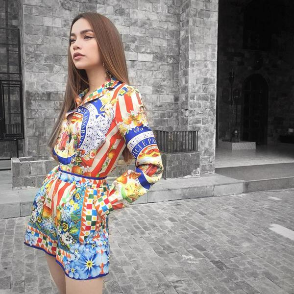 Thời gian tham gia The Face Việt Nam, Hồ Ngọc Hà luôn khẳng định được gu ăn mặc thời thượng của mình.