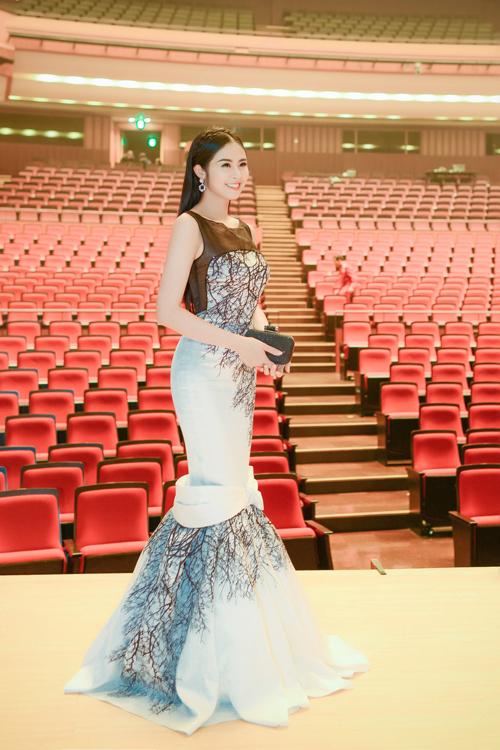 Ngọc Hân rạng rỡ trong bộ cánh in họa tiết cành cây khô mùa đông của nhà thiết kế Xuân Lê. Trang phục bó sát, tôn lên đường cong của Hoa hậu Việt Nam 2010.