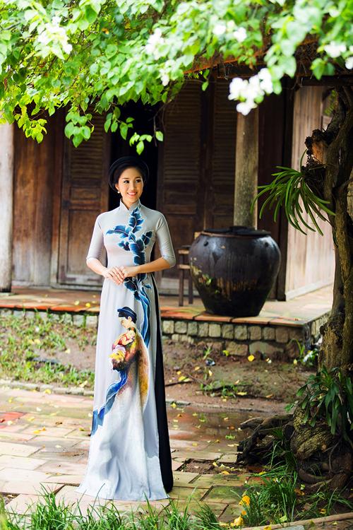 Lê Phương duyên dáng vô cùng nữ tính khi lựa chọn tà áo dài cho bộ ảnh mới.