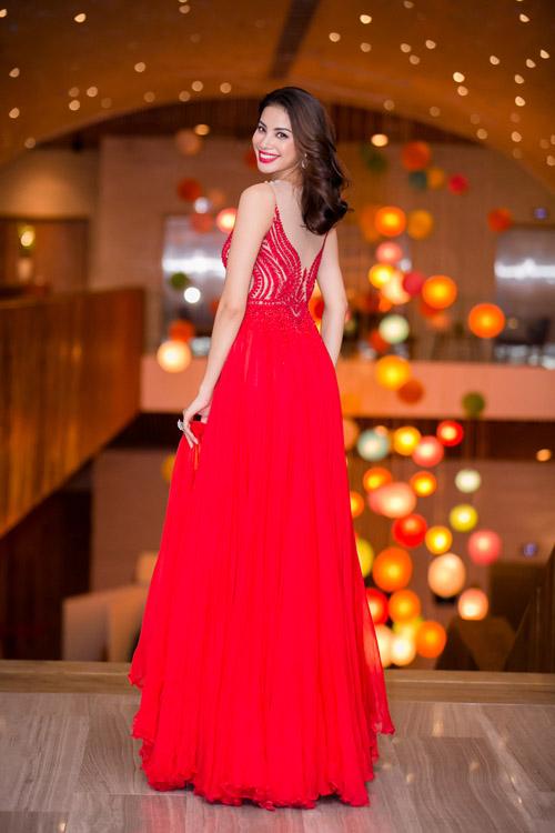 Thiết kế màu đỏ giúp Phạm Hương nổi bật trong đêm trao giải thưởng Her World mà người đẹp được nhận giải.