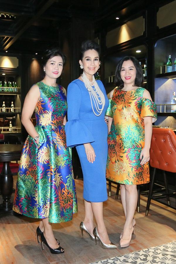 Nhiều quan khách trong buổi tiệc chọn diện váy với họa tiết hoa cúc đang là xu hướng, nằm trong bộ sưu tập Xuân Hè 2016 Countryside Cảm hứng đồng quê của nhà thiết kế Đỗ Mạnh Cường.