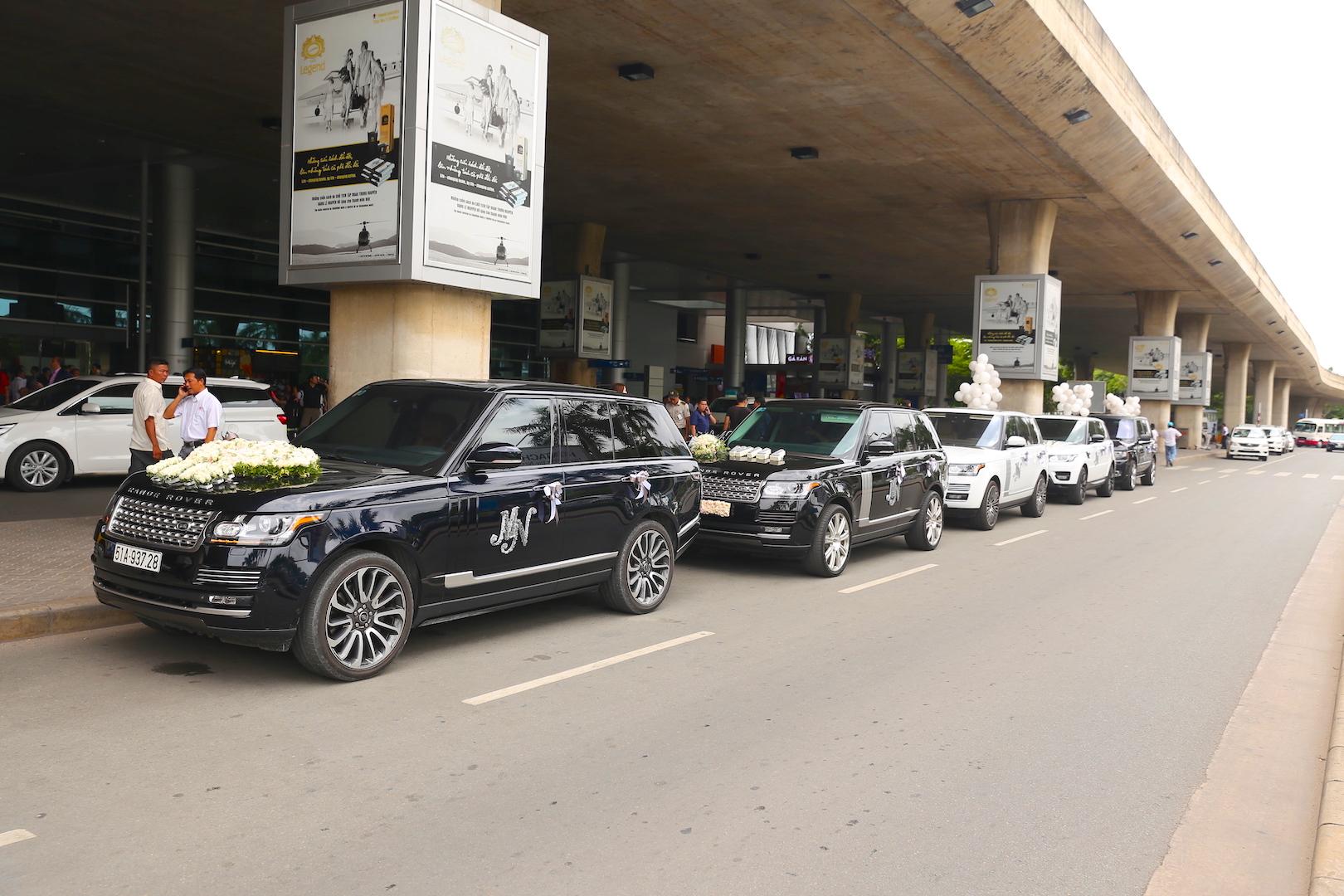 Sau vụ tử tử hụt gây xôn xao dư luận tuần trước, Minh Nhựa đã sắp xếp một dàn xe hạng sang SUV Range Rover để đón vợ trở về từ Mỹ, quá cảnh ở Hàn Quốc.