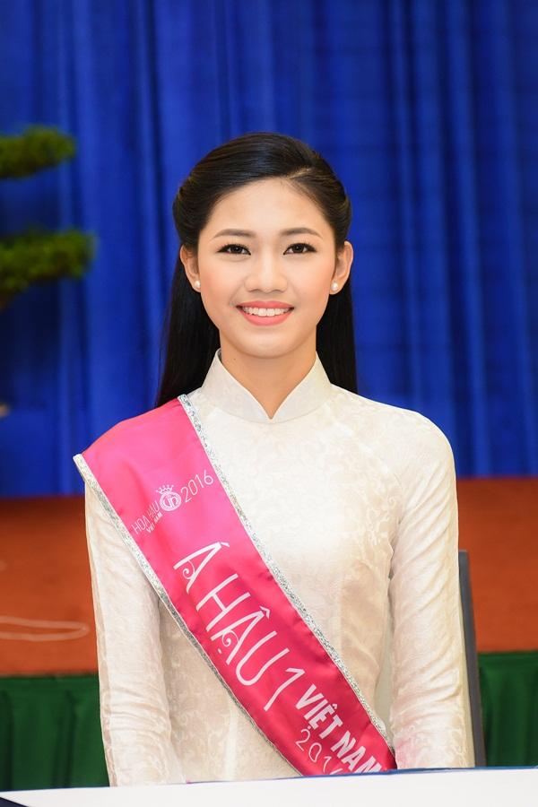 Trong khi đó, Á hậu 1  Ngô Thanh Thanh Tú xuất hiện trong một chiếc áo dài truyền thông, toát lên vẻ thanh thoát và  tôn chiều cao ấn tượng của người đẹp. Á