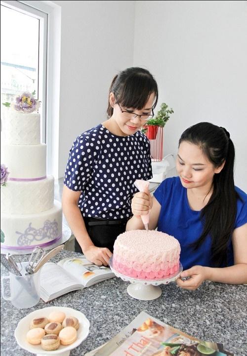 """""""Hẹn Hò Bếp"""" là cuốn sách dạy làm bánh mới nhất của  2 tác giả Thủy Kiwi và Trà My"""