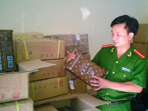 Lực lượng chức năng Hà Nội kiểm tra kho thực phẩm chứa gần 1 tấn nhân bánh Trung thu tại số 84 phố Phú Viên, phường Bồ Đề
