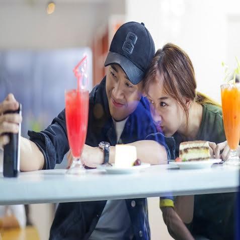 """13. Trấn Thành luôn có cách chăm sóc rất """"riêng"""" với Hari Won."""