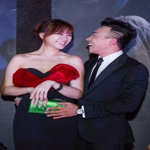 7. Bỏ mặc ống kính từ phóng viên, cặp đôi tình tứ luôn tỏa sáng bằng nụ cười để động viên Hari Won.