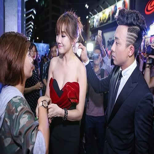 1. Khi thấy Hari Won mướt mồ hôi, Trấn Thành nhanh chóng rút khăn lau giúp bạn gái