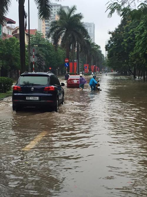 Đoạn đường Xa La qua làng Yên Xá ra đường Chiến Thắng, từ đường Phùng Hưng Hà Đông hay Nguyễn Khuyến - Hà Đông, khu Văn Quán đều bị ngập sâu, xe ô tô gầm thấp và xe máy đều bị chết máy.