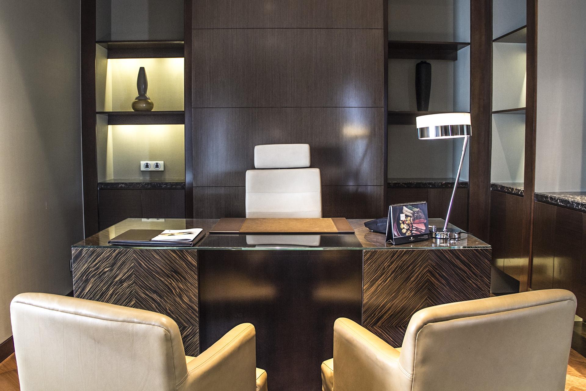 Phòng làm việc được thiết kế đặt giữa phòng khách và phòng ngủ, với bàn làm việc rộng rãi, cổng kết nối máy tính cá nhân.