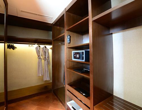 Căn phòng Tổng thống nơi ông Obama nghỉ chân có tới 2 tủ đựng quần áo rất rộng rãi.