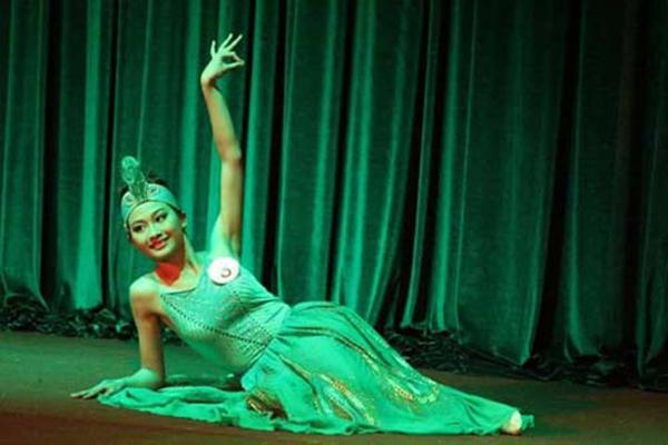 Phần thi múa tài năng của Lan Anh ở Hoa khôi khiếm thính Việt Nam 2015.
