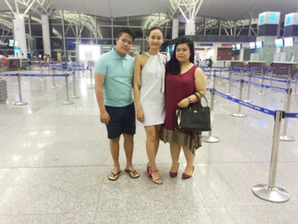Hoa khôi Điếc Việt Nam chụp ảnh cùng bạn bè trước giờ bay.