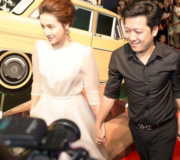 Trường Giang công khai nắm chặt tay Nhã Phương trong suốt thời gian các chương trình diễn ra.
