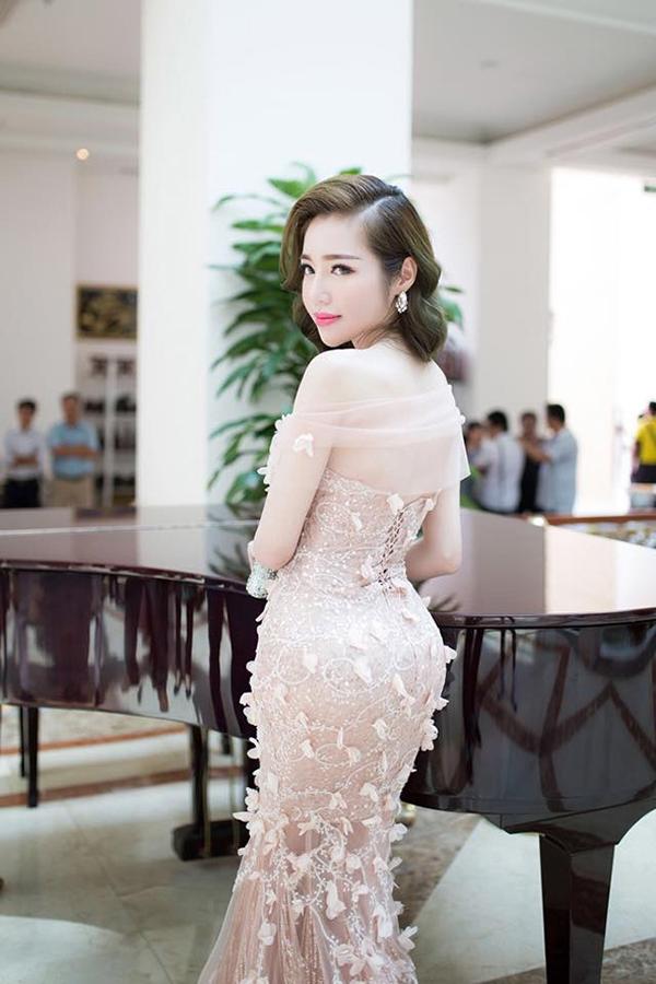 Elly Trần tiết lộ, cô có vòng eo con kiến 54cm và vòng ba 96cm.