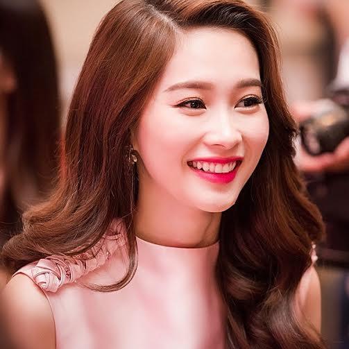 Dù trào lưu phẫu thuật thẩm mỹ đang nổ rộ trong giới sao Việt nhưng người đẹp này vẫn kiên định giữ cho mình vẻ đẹp tự nhiên vốn có với nụ cười tươi sáng.