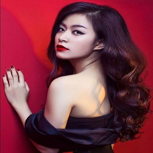 Rất ít người đẹp trong giới showbiz khởi điểm đã có một gương mặt đẹp như Hoàng Thùy Linh. Dù không son phấn, gương mặt của Hoàng Thùy Linh vẫn rất thu hút bởi các nét đẹp hoàn hảo.