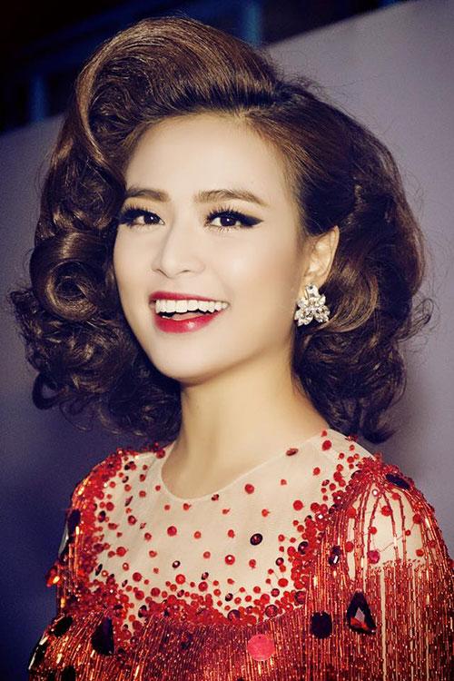 Hoàng Thùy Linh với vẻ đẹp vừa ngọt ngào, vừa sexy là một trong những hotgirl nổi tiếng nhất Việt Nam.