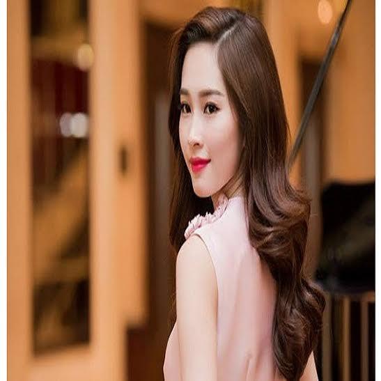 Cận cảnh nhan sắc không tỳ vết của Hoa hậu Thu Thảo với làn da trắng mịn màng, khuôn mặt thanh tú, xinh đẹp.
