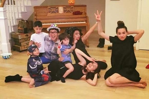 Hồ Ngọc Hà, Subeo và bạn bè đã có một bữa tiệc Halloween thật 'chịu chơi'. Subeo không ngừng cười tươi thích thú.