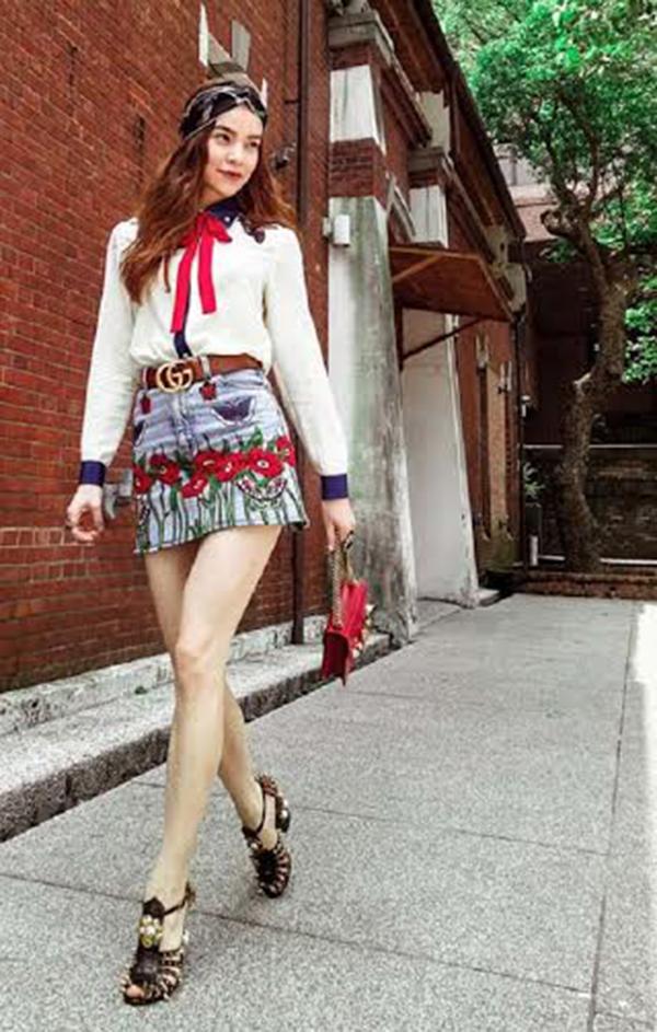 Dù bận rộn với lịch diễn dày đặc, nữ ca sỹ Hà Hồ vẫn nhận lời chụp ảnh cho một số tạp chí trên đường phố Đài Bắc đã thu hút nhiều sự chú ý khi diện áo sơ mi trắng kết hợp cùng váy jeans, cột nơ đỏ, đội khăn voan theo phong cách Ai Cập. Hình ảnh này khiến cô thật cá tính!