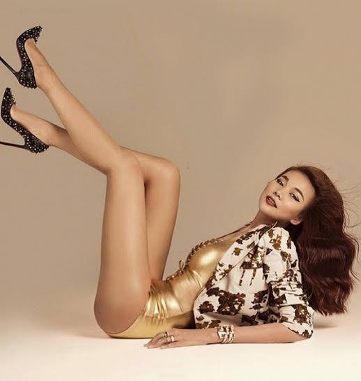 Trong bộ ảnh chụp trên tạp chí, Thanh Hằng khoe đường cong quyến rũ cùng đôi  chân dài 'mướt mắt' khiến vạn người mê mẩn.