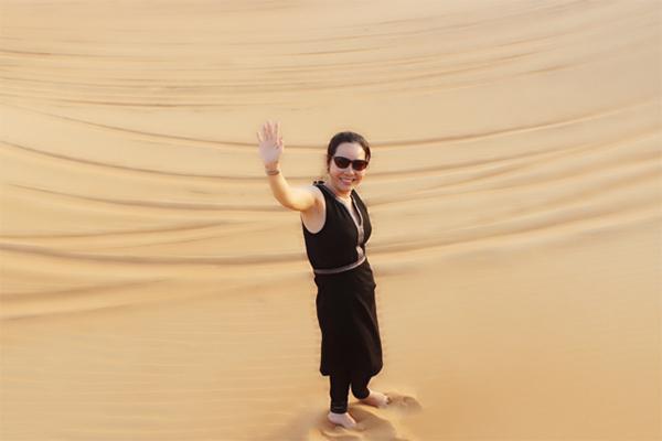 Trên Facebook của mình Nữ hoàng Kim Chi chia sẻ: 'Choáng ngợp với độ xa hoa, giàu có ở Dubai : dát vàng mọi thứ, từ xe hơi, điện thoại cho tới... đồ ăn và cả thảm vàng, tranh vàng...thậm chí khi nghỉ 1 đêm ở khách sạn khách hàng sẽ được nhân viên gửi tới 1 chiếc Iphone mới nhất được dát vàng để có thể gọi tiếp tân một cách nhanh chóng nhất'.