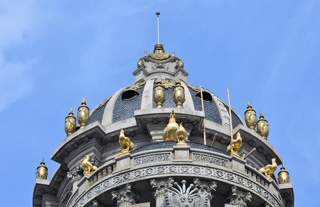 Những con gà này được làm bằng đồng đen và được sơn son thiếp vàng ở ngoài. Một số công nhân thi công công trình cho biết: 'ông Thanh đã kỳ công tìm những thợ kim hoàn giỏi về thiết kế và đầu tư gần 10 tỷ đồng để dát vàng những con gà quý'.