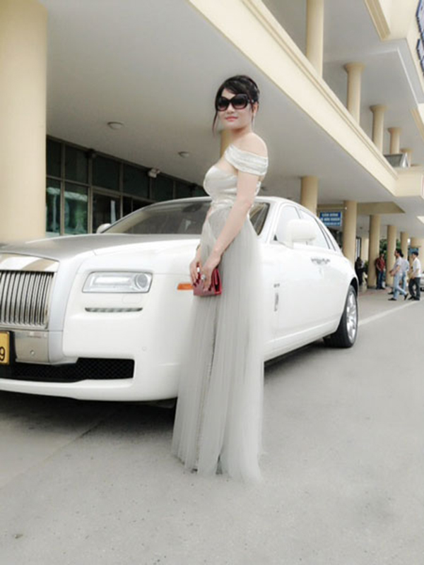 Ngoài căn nhà ở Hà Nội và một biệt thự 1.000 m2 tại Hà Tĩnh, bà Nguyễn Thị Liễu hiện còn sở hữu chiếc Rolls-Royce Ghost sang trọng và đắt tiền.