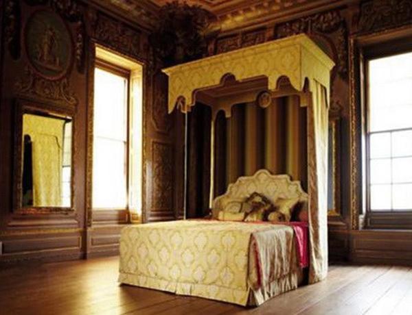 Chiếc giường này được tạo ra dựa trên thiết kế cho Hoàng gia Anh giai đoạn 1640 - 1740. Phần màn treo quanh giường được thêu từ hơn 2.500 km sợi lụa bởi các thợ thủ công của nhãn hàng xa xỉ Hermes.